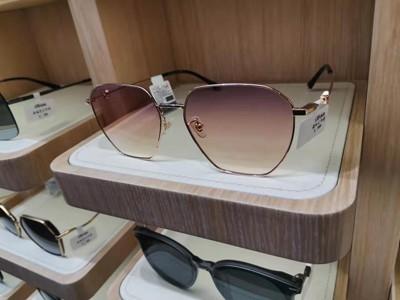 眼镜店中眼镜展柜材质该如何选择