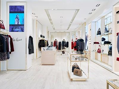 选择服装展柜时需注重方便性和实用性